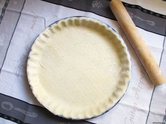 эластичное тесто уложите ровным слоем