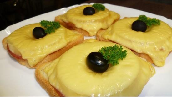 Быстрые бутерброды с ветчиной и ананасами в духовке