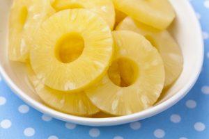 На каждый ломтик выложить кольцо ананаса