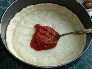 Смажьте томатной пастой