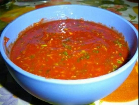 Налить этот соус в каждый горшочек