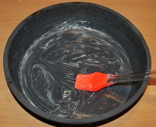 Берем удобную жаропрочную форму и смазываем ее