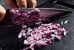 Очищаем луковицу и нарезаем ее меленькими кубиками