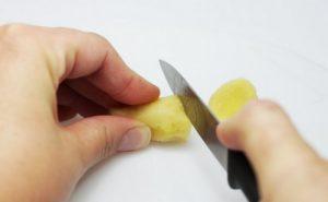 Имбирный корень очищаем от кожицы и нарезаем