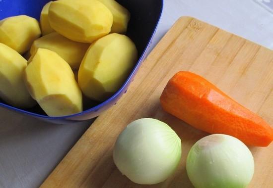 Очищаем картофельные клубни, морковь и лук