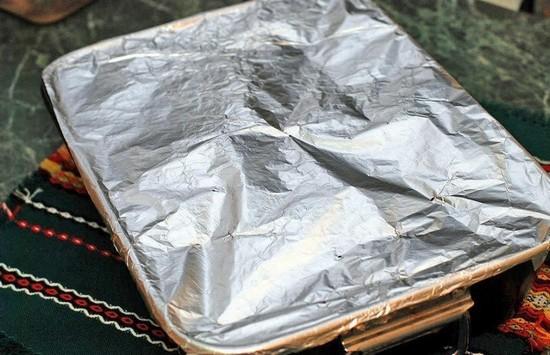 Противень накрываем листом алюминиевой фольги