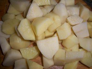 Очищенные картофельные корнеплоды промываем и нарезаем