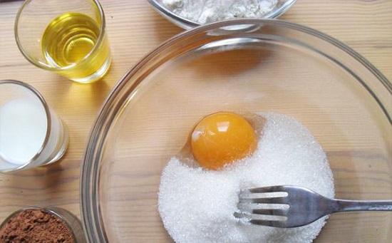 Соединим яйцо с ванилью и сахарным песком