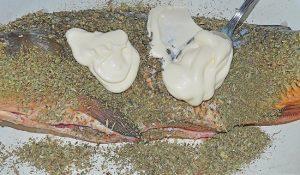 добавляем майонез и тщательно натираем им рыбную тушку