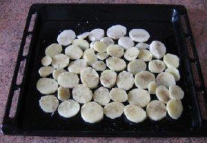 Выложим одним слоем на него картофельные кружочки