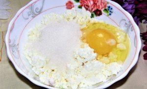 Добавляем куриное яйцо, сахарный песок