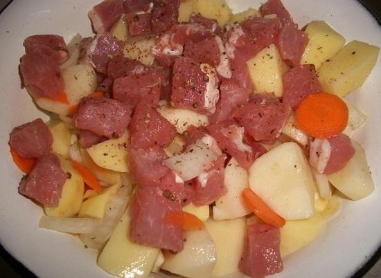 овощи перекладываем в миску с замаринованной свининой
