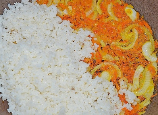 добавляем отварную рисовую крупу