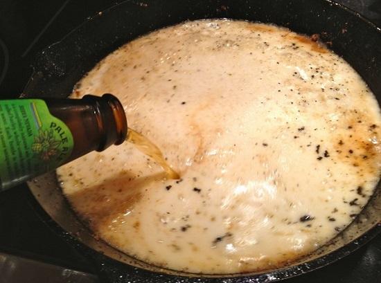 Пиво выльем в горячую сковороду