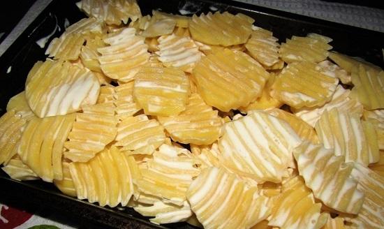 Смазываем картофель слоем сметаны