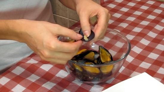 Ножку убираем пальцем или осторожно срезаем