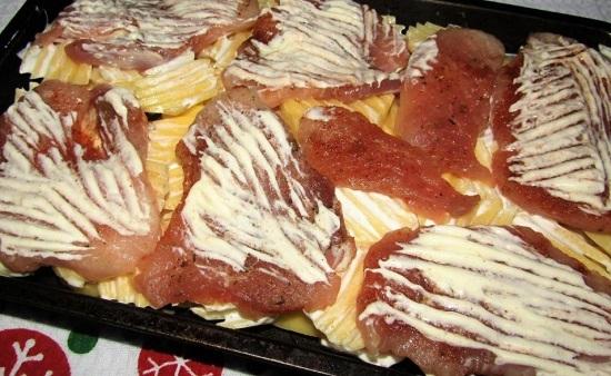 На картофельную подушку выкладываем кусочки мяса