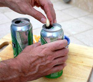 по две дольки положим в банки с пивом