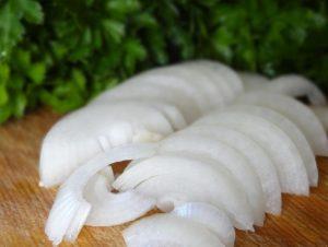 Очищенные луковицы нарезаем полукольцами