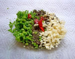 Поломайте листики лавра и отправьте в маринад