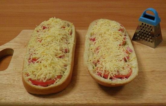 Посыплем сырной стружкой заготовки пиццы