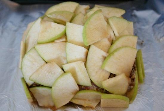 по бокам выкладываем яблочные дольки