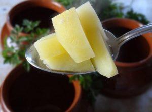 выкладываем понемногу отварного картофеля