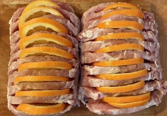 Вставляем апельсиновые дольки в сделанные кармашки