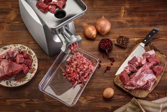 Ополоснув мясо, нарежьте его кусочками и прокрутите