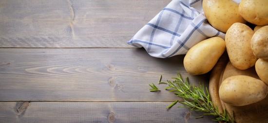 Очистить картофель и яблоки, порезать брусочками
