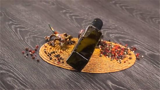 гуся натереть сверху оливковым маслом и молотым перцем