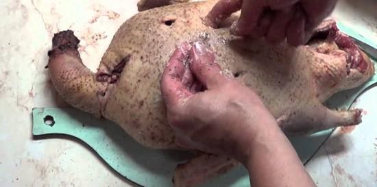 Сделать надрез по брюшку внизу, заполнить смесью картофеля