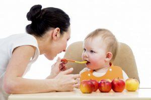 Сладкое печеное яблоко в духовке для ребенка