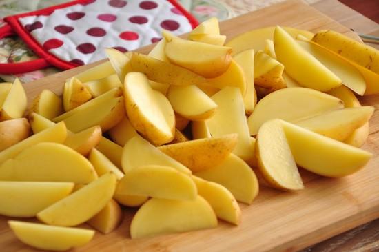 Картофель очистите, разрежьте на четвертинки