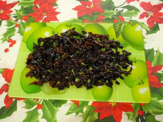 Ошпарить чернослив и порезать мелкими кусочками
