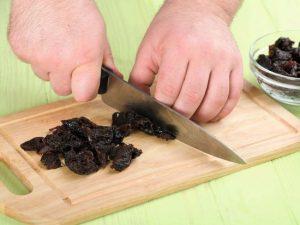 Обдайте чернослив кипятком