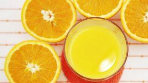 Согрейте мед, выдавите туда сок из 2-х апельсинов