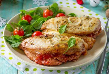 Как вкусно приготовить курицу с помидорами и сыром?