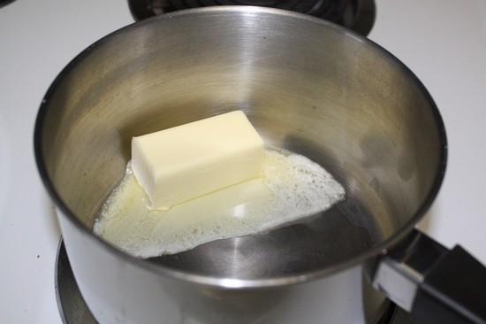 в маленькой кастрюльке разогрейте сливочное масло