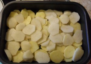 Картофель помойте, очистите, нарежьте