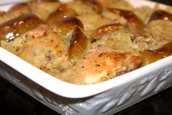 Простой рецепт курицы с яблоками в духовке