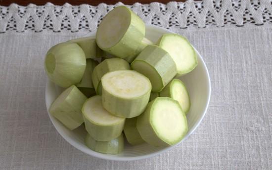 Нарежьте четвертинками колец луковицы