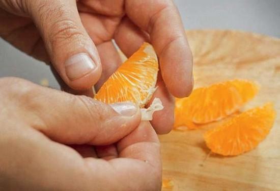 Снимите кожуру с апельсинов, дольки лишите пленок