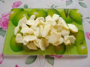 Яблоки очистите, нарежьте крупными кусочками