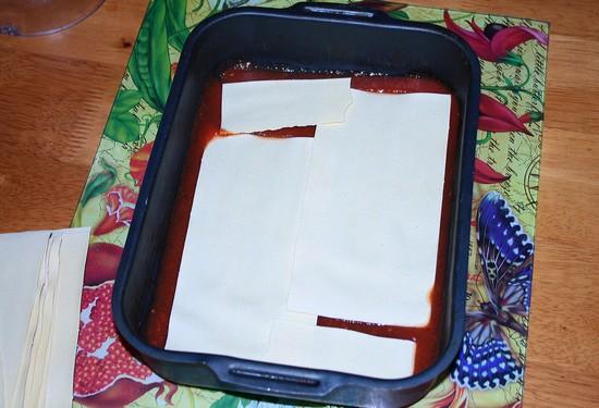 В форму для лазаньи налить немного соуса