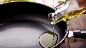 Смешать в небольшой глубокой сковороде оба вида масла