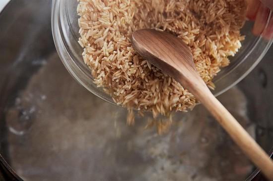 Вскипятите стакан воды, засыпьте туда промытый рис