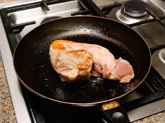 Разогрейте утром толстую сковороду