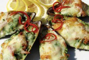 Запеченные мидии киви с сыром и чесноком