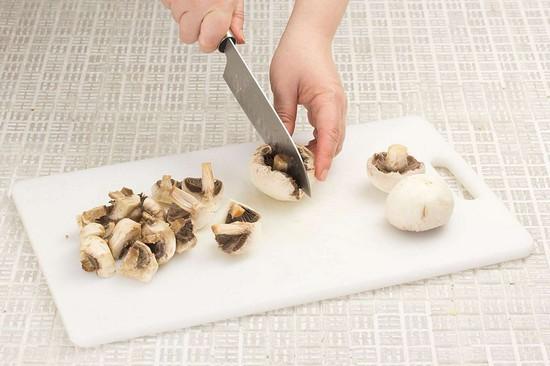 Репчатый лук нарежьте аналогично перцу